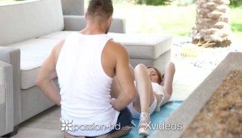 Bella rossa nuda ottiene il massaggio e scopare